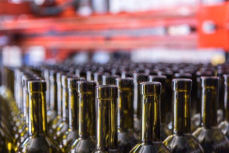 Le vin met le fond en bouteille, procédé de vinification, préparant le vin pour mettre dans en bouteille un établissement vinicol photographie stock