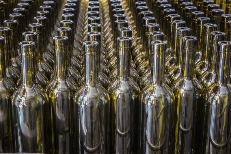 Le vin met le fond en bouteille, procédé de vinification, préparant le vin pour mettre dans en bouteille un établissement vinicol image stock