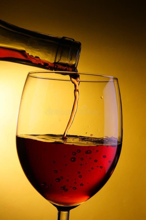 Le vin pleuvoir à torrents dans la glace photos libres de droits