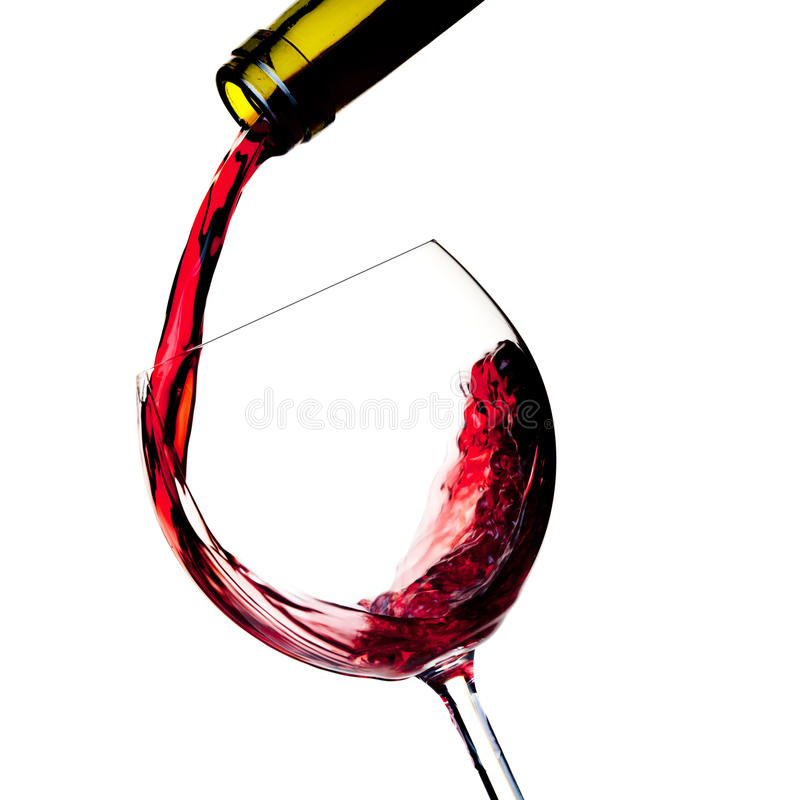Le vin rouge est plu à torrents dans une glace photos libres de droits