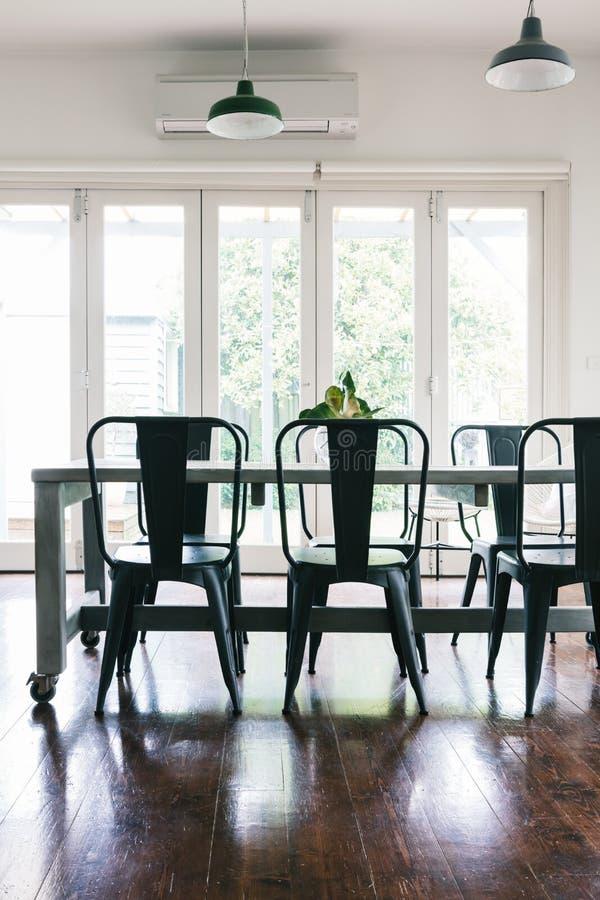Le vintage contemporain a dénommé la salle à manger lumineuse légère avec bifold images stock