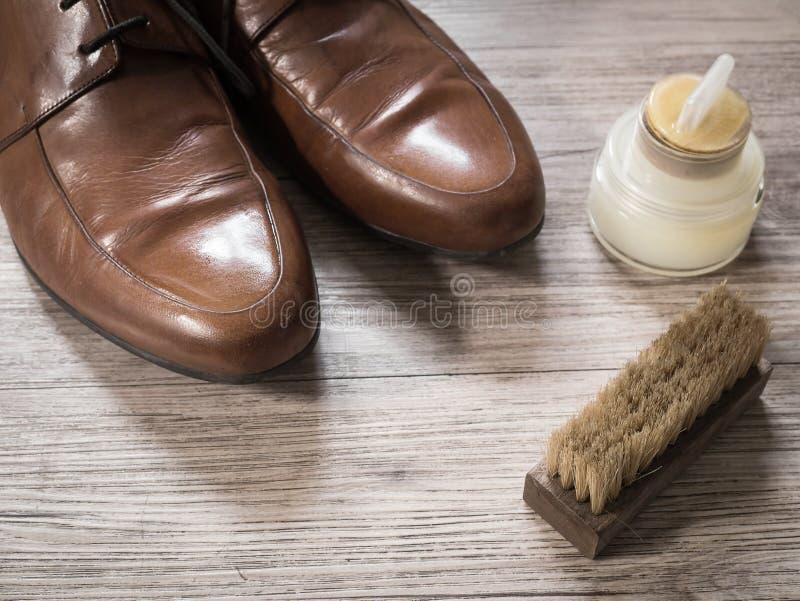 Le vintage rétro une paire des hommes brunissent les chaussures en cuir sur un flo en bois image libre de droits