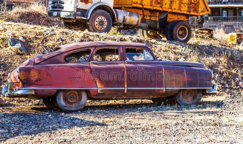 Le vintage s'est rouillé automobile quatre-portes classique photographie stock