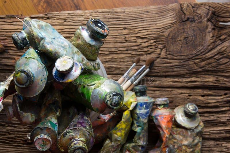 Le vintage a stylisé la photo du plan rapproché multicolore de tubes de peinture d'huile et photographie stock