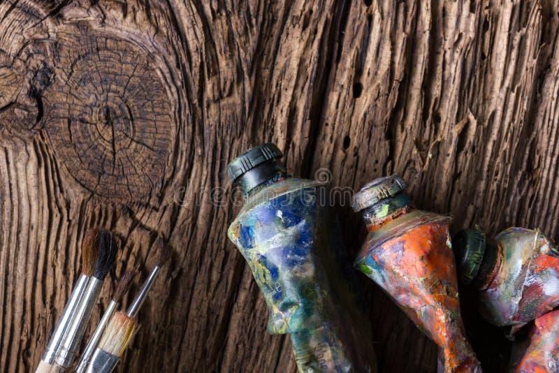 Le vintage a stylisé la photo du plan rapproché multicolore de tubes de peinture d'huile et photo libre de droits