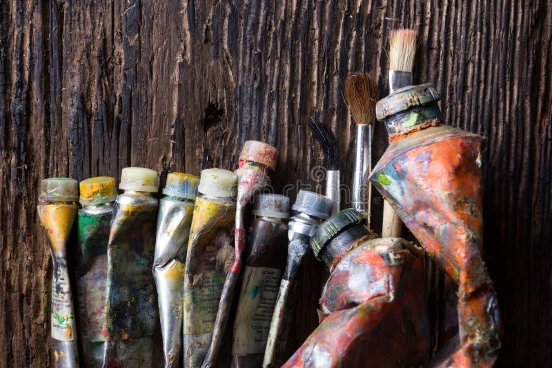 Le vintage a stylisé la photo du plan rapproché multicolore de tubes de peinture d'huile et photos libres de droits