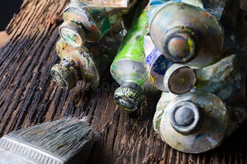 Le vintage a stylisé la photo du plan rapproché multicolore de tubes de peinture d'huile et photos stock