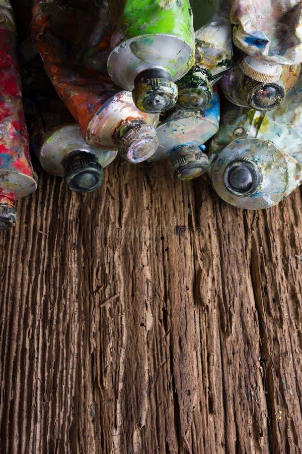 Le vintage a stylisé la photo du plan rapproché multicolore de tubes de peinture d'huile et photographie stock libre de droits