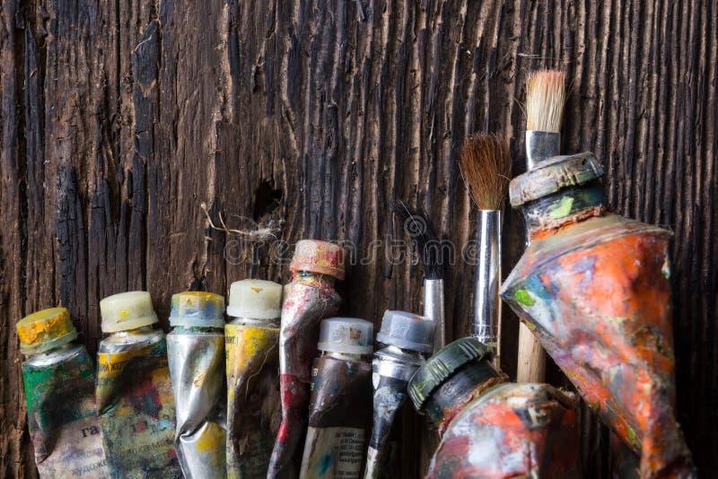 Le vintage a stylisé la photo du plan rapproché multicolore de tubes de peinture d'huile et image stock