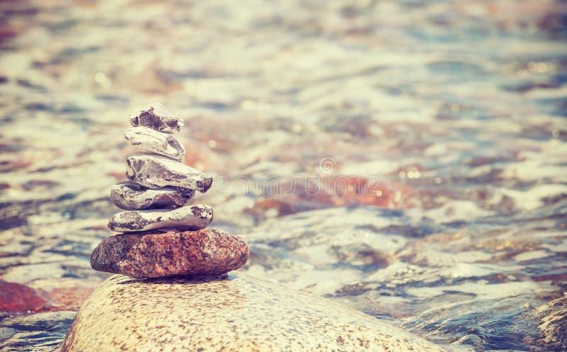 Le vintage a stylisé la pile du concept de pierres, d'équilibre et d'harmonie images stock