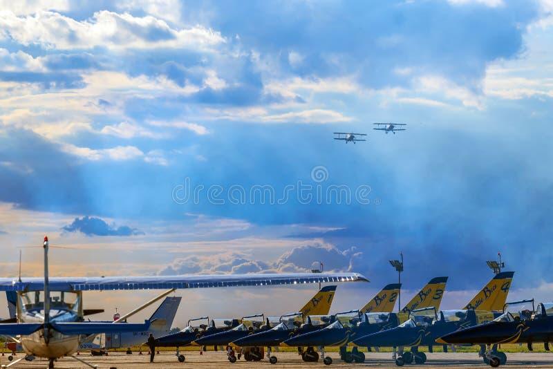Le vintage surface au-dessus des avions de chasse faisant des démonstrations à un air photo stock
