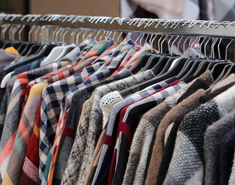 Le vintage a utilisé des vêtements sur le marché aux puces extérieur photos stock