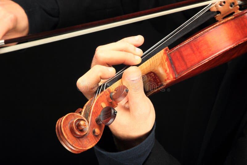 Le violon est aux mains du violoniste professionnel. photographie stock libre de droits