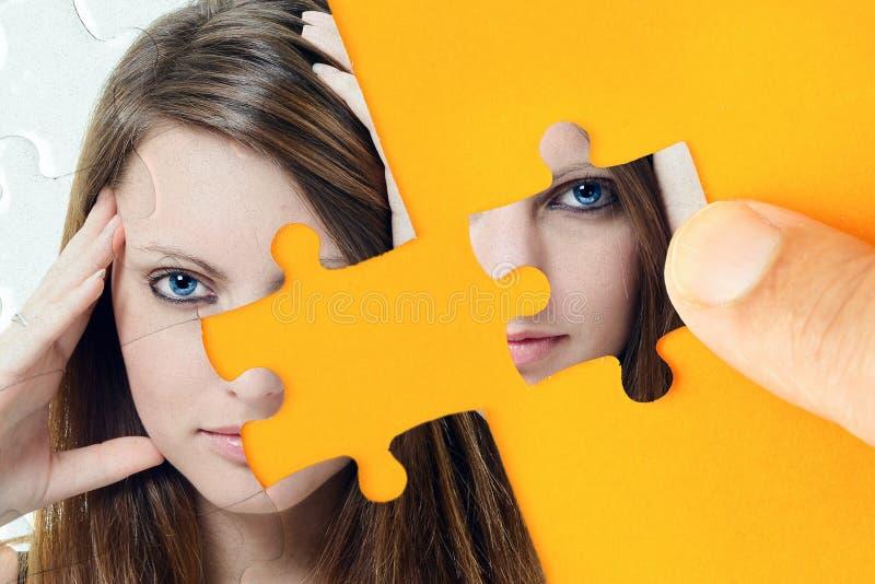 Le visage d'une belle jeune femme avec un collage de puzzle image libre de droits