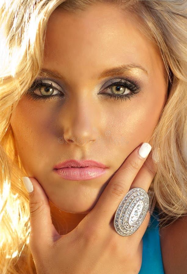Le visage de jeune femme avec de beaux yeux images libres de droits