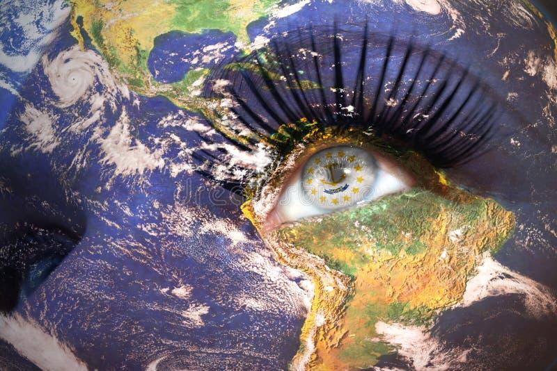 Le visage de la femme avec la texture de la terre de planète et le Rhode Island énoncent le drapeau à l'intérieur de l'oeil photos libres de droits