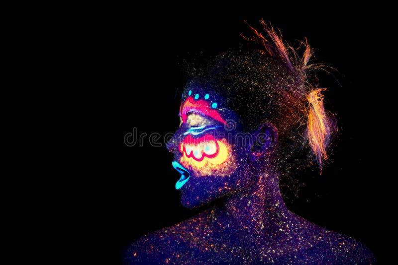 Le visage de portrait de femme, étrangers endormis, maquillage ultra-violet Beau femme criant dans le profil photos stock