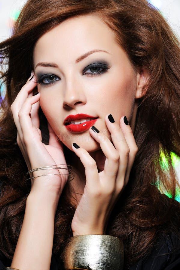 Le visage du beau femme avec le renivellement de mode image stock