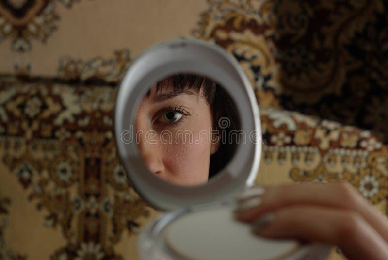 Le visage du femme dans le miroir photo libre de droits