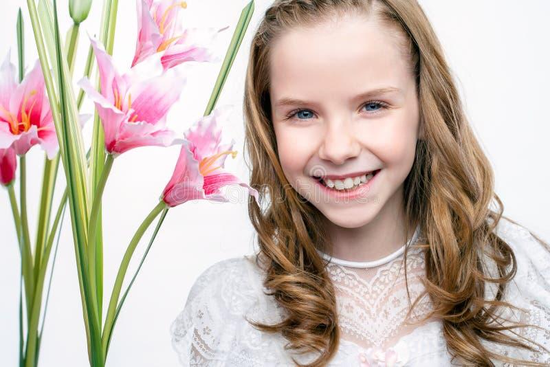 Le visage mignon a tiré de la fille de communion avec des fleurs photographie stock