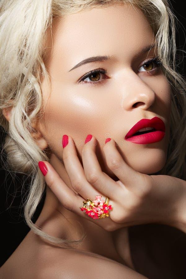 Le visage modèle, languettes boucle préparent, de manucures et de bijou photo stock