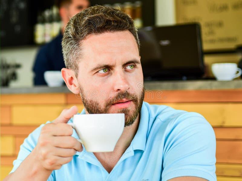 Le visage sérieux barbu d'homme a besoin de la charge d'énergie Fond traditionnel de café de pause-café La caféine vous fait dava images stock