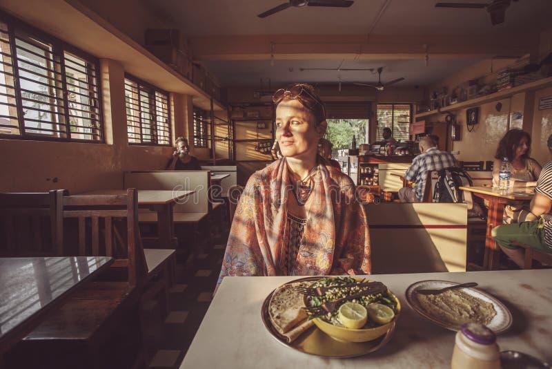 Le visiteur de touristes de restaurant avec la nourriture indienne traditionnelle a servi photo stock
