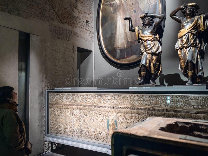 Le visiteur regarde le décor dans le musée du Duomo de Milan images libres de droits
