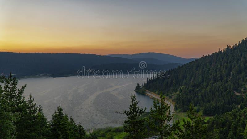 Le viste di tramonto del lago Abant di estate/città di Bolu in Turchia fotografia stock