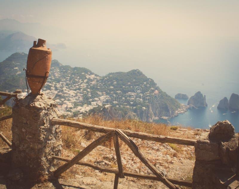 Le viste italiane sono stupefacenti dall'isola di Capri fotografia stock
