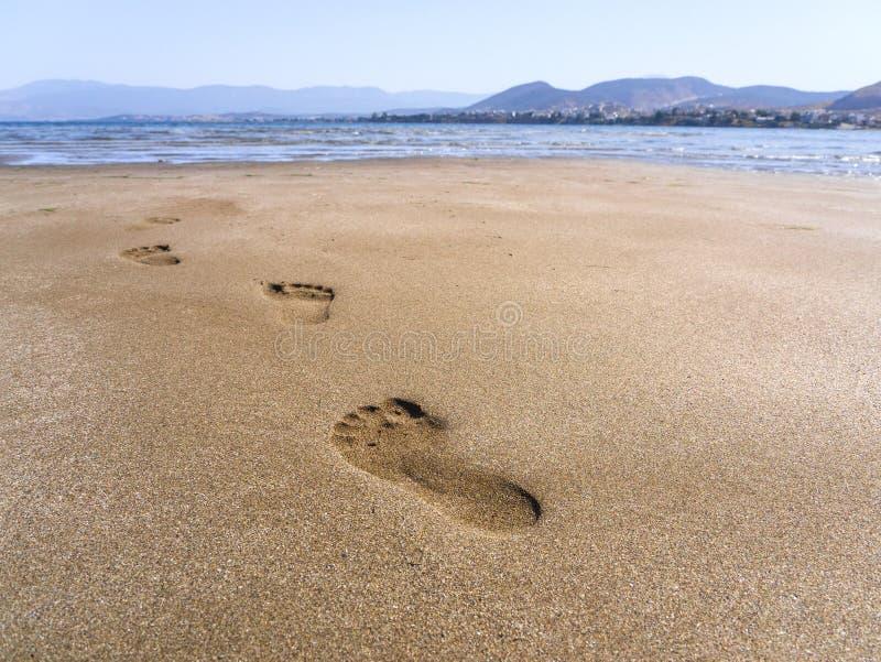 Le viste panoramiche della spiaggia sabbiosa, delle montagne e delle orme nella sabbia a bassa marea sulle munizioni di Liani tir fotografia stock libera da diritti