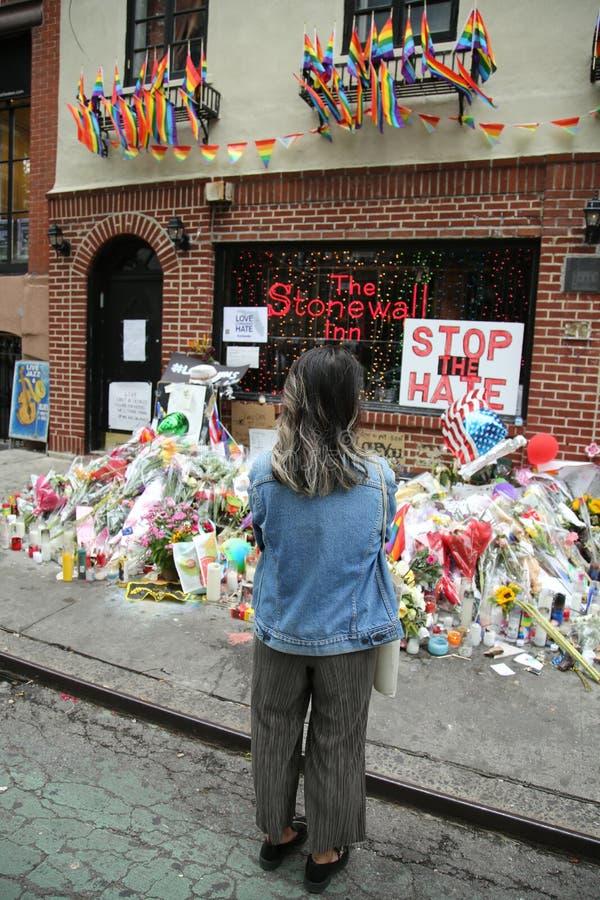 Le vittime di massacro di Orlando di onori del piangente al punto di riferimento di diritti degli omosessuali mettono il bastone  immagini stock