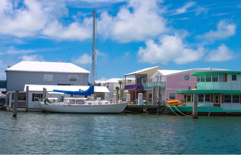 Le voilier a amarré près des bateaux-maison colorés à une marina près de Key West photo libre de droits