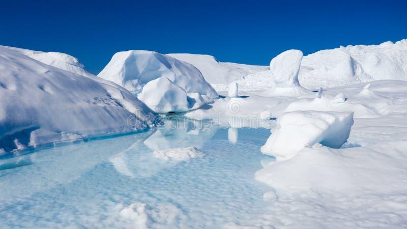 Le vol au-dessus des icebergs et du tir de glace à une distance courte Une surface d'iceberg avec des traces de dégel Recherche d photos libres de droits