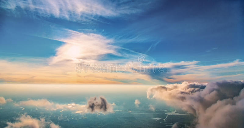 Le vol au-dessus des nuages images libres de droits