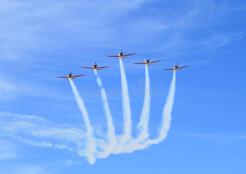 Le vol de cinq avion à réaction - des acrobaties sur Airshow image stock