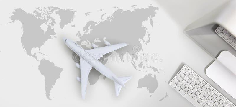 Le vol de réservation et de recherche étiquettent le concep de vacances de voyage de transports aériens image libre de droits