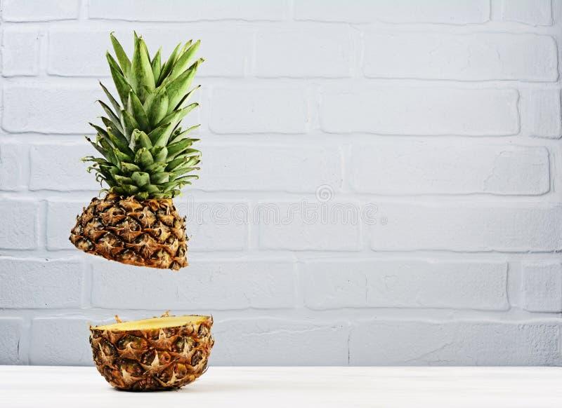 Le vol mûr frais a coupé l'ananas juteux sur le fond gris de mur de briques image libre de droits