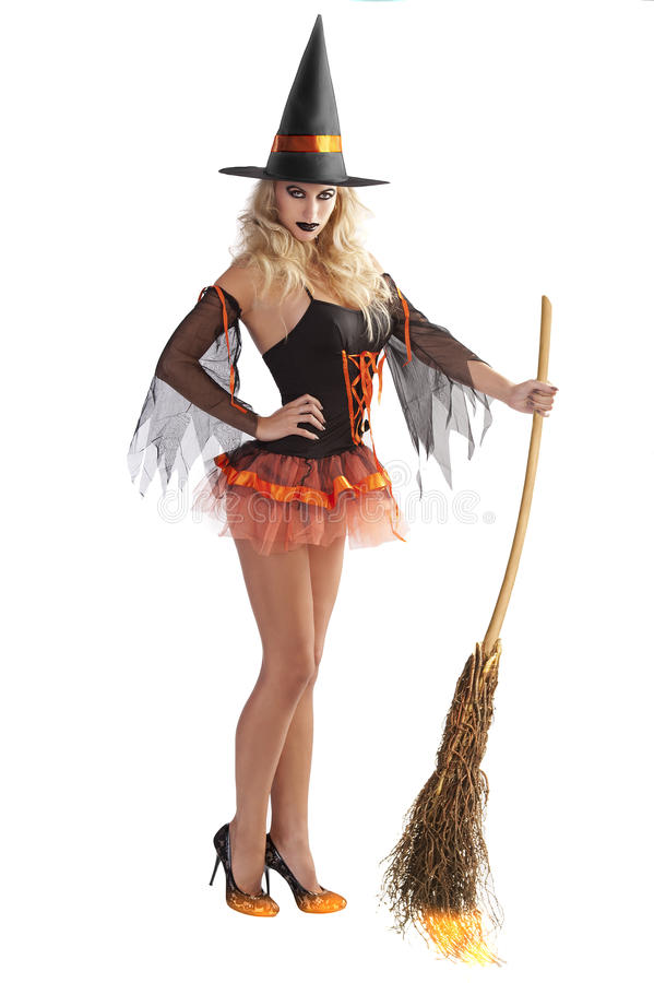 Le vol orange de sorcière avec le balai images stock