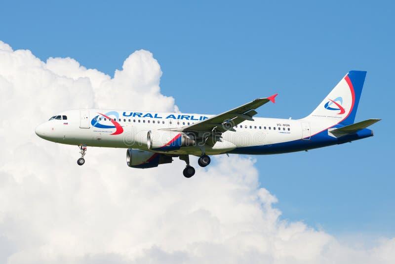 Le ` volant de lignes aériennes d'Ural de ` d'Airbus A320 VQ-BQN d'avions est inclus dans le nuage image stock