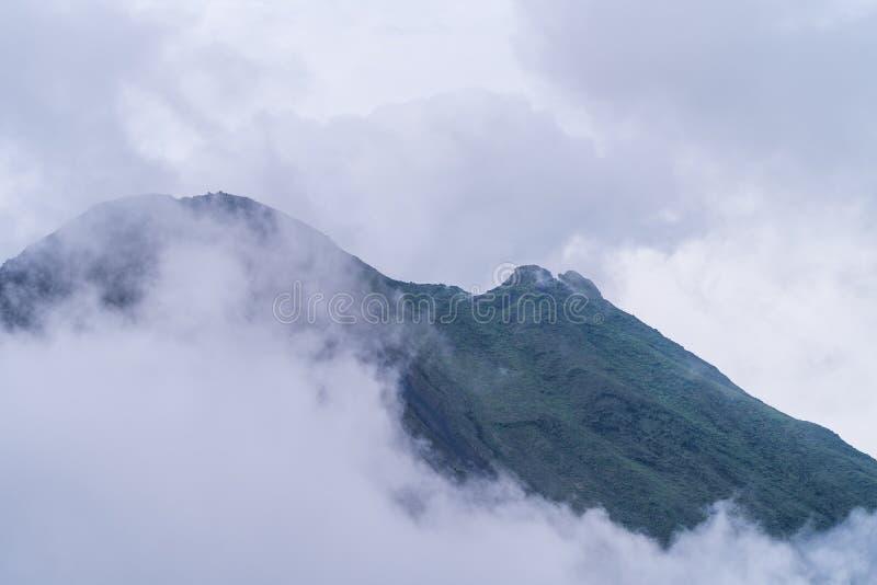 Le volcan Arenal, en forme de cône presque parfaite, est l'une des plus grandes attractions touristiques d'Alajuela, au Costa Ric photos stock