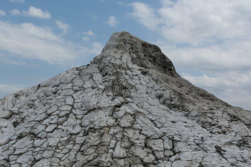 Le volcan blanc et gris de boue a séché sous le soleil image libre de droits