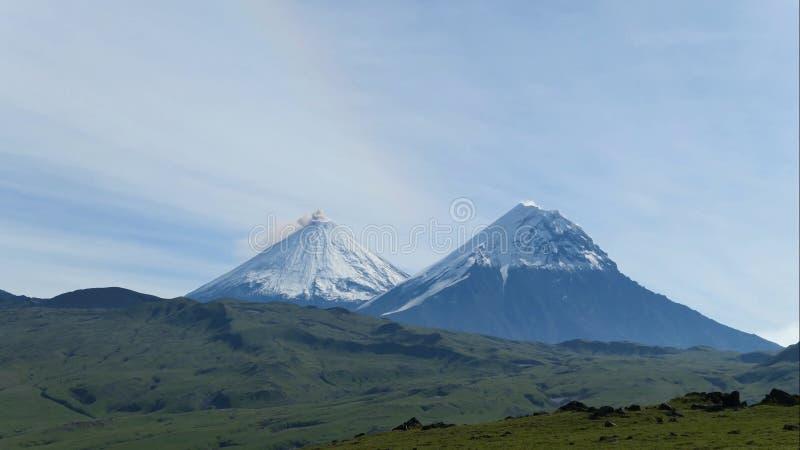 Le volcan du Kamtchatka Colline de Klyuchevskaya La nature du Kamtchatka, des montagnes et des volcans images libres de droits