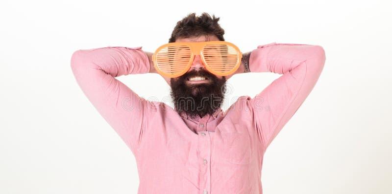 Le volet d'usage de hippie ombrage les lunettes de soleil extrêmement grandes Le type barbu d'homme utilisent les lunettes de sol photographie stock libre de droits