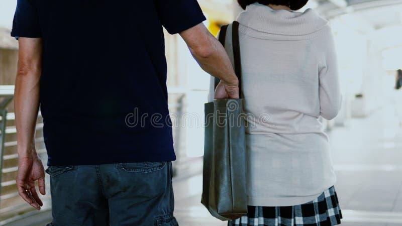 le voleur de pickpocket a pris le portefeuille de la jolie fille tout en marchant photo stock