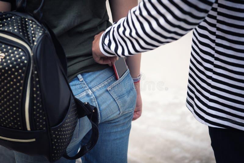 Le voleur de rue vole le smartphone du touriste photographie stock