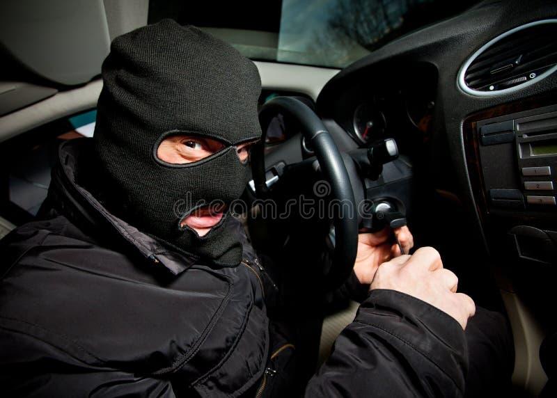 Le voleur et le voleur dans un masque détourne le véhicule image libre de droits