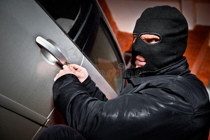 Le voleur et le voleur dans un masque détourne le véhicule photos libres de droits