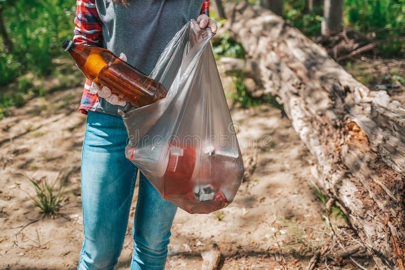 Le volontaire de l'adolescence rassemble des déchets en parc Le concept du jour de terre et l'écologie et la conservation environ photos libres de droits
