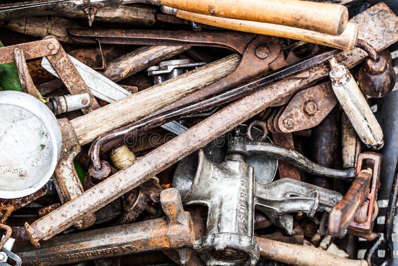 Le volume de deuxièmes outils de bricolage rouillés à la brocante à domicile photographie stock